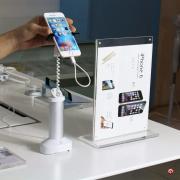 TSCPA680BG_lifestyle-iphone-soporte-seguridad-alarma-pinzas-acero